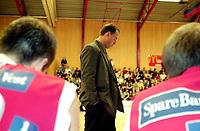 Basketball, BLNO Basketligaen 2000. Asker Aliens-Ulriken Eagels 15. november. Ulriken-trener David Swan depper over tap.
