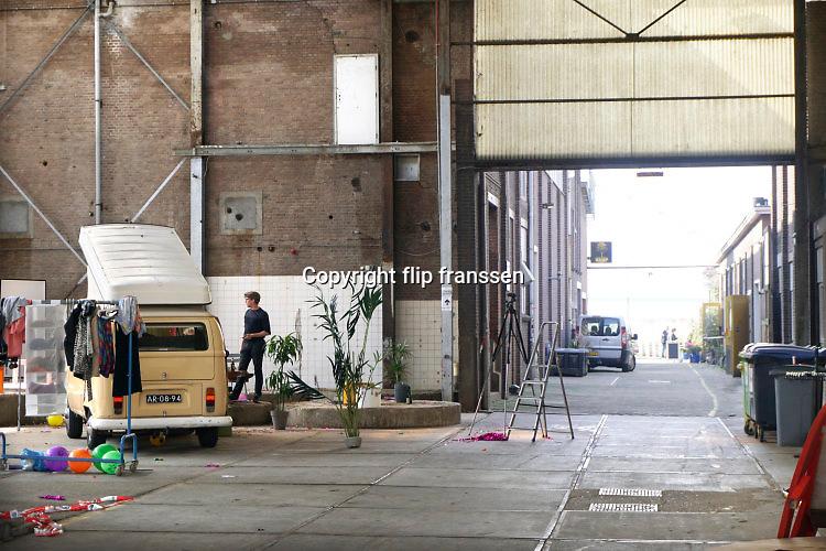 Nederland, Nijmegen, 3-6-2016 Het vroegere fabriekscomplex van de Honig fabriek. De gemeente wilde het fabrieksterrein gebruiken voor woningbouw, nieuwbouw woningen als onderdeel van het Waalfront . Door de crisis op de woningmarkt is dit plan uitgesteld en is het een broedplaats voor culturele en creatieve activiteiten. Ook horeca zoals restaurant de Meesterproef en bierbrouwer Oersoep Foto: Flip Franssen
