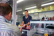 Nederland, Venlo, 14-7-2009Frietkraam Petatte Wiel aan de Maaskade.Bakje friet en mayonaise.Snelle, vette hap. Aardappelen, aardappelprodukt. Cholesterol, cholesterolgehalte, cholesterolwaarde, hart en vaatziekten.Foto: Flip Franssen/Hollandse Hoogte