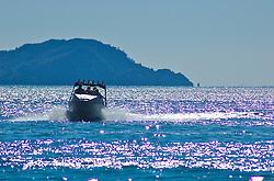 Os turistas que visitam Cathedral Cove possuem duas opções para chegar até o local. Os mais dispostos podem percorrer uma trilha de aproximadamente 30 minutos até o local. A outra alternativa é o passeio de barco. Diversas empresas prestam serviço e levam os turistas não só a Cathedral, mas também a outras ilhas na proximidade. FOTO: Lucas Uebel/Preview.com