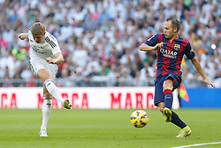 25.10.2014, Estadio Santiago Bernabeu, Madrid, ESP, Primera Division, Real Madrid vs FC Barcelona, 9. Runde, im Bild Real Madrid´s Kroos (L) and Barcelona´s Iniesta // during the Spanish Primera Division 9th round match between Real Madrid CF and FC Barcelona at the Estadio Santiago Bernabeu in Madrid, Spain<br /> <br /> ***** NETHERLANDS ONLY *****