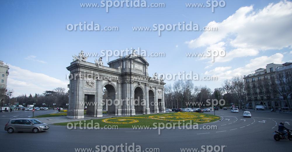 THEMENBILD - Der Puerta de Alcalá am Unabhängigkeitsplatz. Die Stadt Madrid ist eine der größten Metropolen in Europa. Sie liegt im Zentrum der iberischen Halbinsel und ist Hauptstadt von Spanien. Aufgenommen am 25.03.2016 in Madrid ist Spanien // Madrid is on of the biggest metropolis in Europe. It is located in the center of the Iberian Peninsula and is the capital of Spain. Spain on 2016/03/25. EXPA Pictures © 2016, PhotoCredit: EXPA/ Jakob Gruber