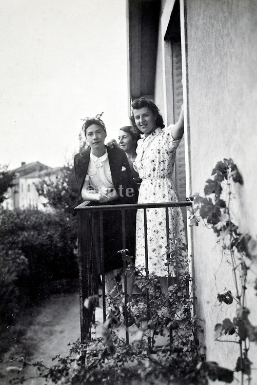 casual moments with girlfriends rural France 1950s