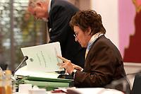06 NOV 2003, BERLIN/GERMANY:<br /> Brigitte Zypries, SPD, Bundesjustizministerin, liest in Unterlagen, vor Wiederaufnahme einer Sitzung mit den Justizministern der Laender, Landesvertretung Schleswig-Holstein<br /> IMAGE: 20031106-02-013<br /> KEYWORDS: Akte, Akten, lesen