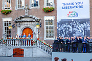 Koning Willem-Alexander en de Poolse president Andrzej Duda volgen de vrijheidstocht in de binnenstad. De koning en de president wonen de viering van 75 jaar bevrijding van Breda bij.