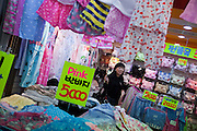 Untergrund Einkaufspassage am Express Bus Terminal im Zentrum der koreanischen Hauptstadt Seoul verladen.<br /> <br /> Underground shopping arcade located at the Express Bus Terminal in the city center of the Korean capital Seoul.
