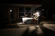 De technici werken 's avonds laat aan de VeloX V. Het Human Power Team Delft en Amsterdam (HPT), dat bestaat uit studenten van de TU Delft en de VU Amsterdam, is in Amerika om te proberen het record snelfietsen te verbreken. Momenteel zijn zij recordhouder, in 2013 reed Sebastiaan Bowier 133,78 km/h in de VeloX3. In Battle Mountain (Nevada) wordt ieder jaar de World Human Powered Speed Challenge gehouden. Tijdens deze wedstrijd wordt geprobeerd zo hard mogelijk te fietsen op pure menskracht. Ze halen snelheden tot 133 km/h. De deelnemers bestaan zowel uit teams van universiteiten als uit hobbyisten. Met de gestroomlijnde fietsen willen ze laten zien wat mogelijk is met menskracht. De speciale ligfietsen kunnen gezien worden als de Formule 1 van het fietsen. De kennis die wordt opgedaan wordt ook gebruikt om duurzaam vervoer verder te ontwikkelen.<br /> <br /> The technicians work late at night on the VeloX V. The Human Power Team Delft and Amsterdam, a team by students of the TU Delft and the VU Amsterdam, is in America to set a new  world record speed cycling. I 2013 the team broke the record, Sebastiaan Bowier rode 133,78 km/h (83,13 mph) with the VeloX3. In Battle Mountain (Nevada) each year the World Human Powered Speed Challenge is held. During this race they try to ride on pure manpower as hard as possible. Speeds up to 133 km/h are reached. The participants consist of both teams from universities and from hobbyists. With the sleek bikes they want to show what is possible with human power. The special recumbent bicycles can be seen as the Formula 1 of the bicycle. The knowledge gained is also used to develop sustainable transport.