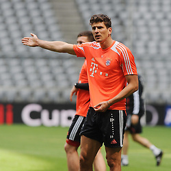 14.05.2013, Allianz Arena, Muenchen, GER, UEFA CL, FC Bayern Muenchen, Medientag, im Bild Mario GOMEZ (FC Bayern Muenchen) unzufrieden. Freisteller // during the open media day of FC Bayern Munich in front of the UEFA Champions League Final 2013 held at the Alianz Arena, Munich, Germany on 2013/05/14. EXPA Pictures © 2013, PhotoCredit: EXPA/ Eibner/ Wolfgang Stuetzle..***** ATTENTION - OUT OF GER *****