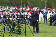Herdenking op de Canadese Begraafplaats in Holten<br /> <br /> Op de foto: Prinses Margriet en Pieter van Vollenhoven leggen een krans