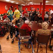 Brand woning bejaardentehuis de Bolder Huizen,  geevacueerde bewoners worden opgevangen in het restaurant, ouderen, bejaarden, koffie, rollators,