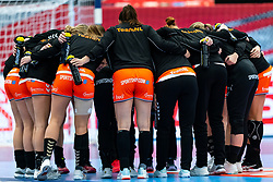 Team Netherlands before the Women's EHF Euro 2020 match between Croatia and Netherlands at Sydbank Arena on december 06, 2020 in Kolding, Denmark (Photo by RHF Agency/Ronald Hoogendoorn)