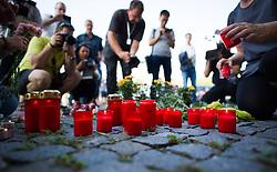 27.08.2015, Autobahn A4, Burgenland, AUT, Bis zu 50 tote Flüchtlinge in Lkw auf A4 in Burgenland, Pressekonferenz, im Bild Menschen zeigen mit Kerzen und Blumen ihre Anteilnahme vor der Polizeistation // Sympathy of People with flowers and candles in front of the police station during press conference according to case of dead refugees in truck at freeway A4 in Burgenland on 2015/08/27, EXPA Pictures © 2015, PhotoCredit: EXPA/ Michael Gruber