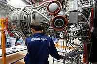 23 AUG 2006, DAHLEWITZ/GERMANY:<br /> Ein Triebwerksmechaniker arbeitet an einer Triebwerk im Rolls Royce Werks zur Herstellung und Wartung von Flugzeugtriebwerken<br /> IMAGE: 20060823-01-020<br /> KEYWORDS: Luftfahrtindustrie, Luftfahrt, Aufbau Ost, Ostdeutschland, Neue Länder