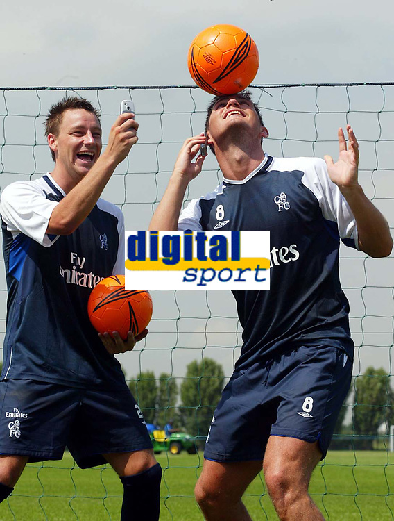 Fotball<br /> 20.07.2004<br /> Premier League<br /> Foto: SBI/Digitalsport<br /> NORWAY ONLY<br /> <br /> Chelsea Training Session. 20/07/2004.<br /> John Terry (L) and Frank Lampard launch Chelsea's new sponsorship deal with Orange.