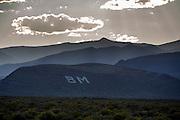 In een berg staan de initialen van Battle Mountain geschreven.<br /> <br /> The initials of the village Battle Mountain in the mountains.