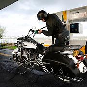 Nederland Nieuwerkerk aan den Ijssel 16 november 2008 20081116 Foto: David Rozing .Man tankt zijn motor bij een shell express station, zijn dochter zit op de pomp automaat. ..Foto David Rozing