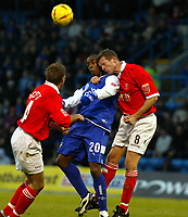Fotball<br /> England 2004/2005<br /> 18.12.2004<br /> Foto: SBI/Digitalsport<br /> NORWAY ONLY<br /> <br /> Gillingham v Rotherham United<br /> Coca Cola Championship. 18/12/2004<br /> <br /> Darren Byfield of Gills and Chris Swailes go up for this aerial one