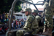 Gruppo di militari assiste all'assemblea pubblica.