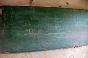 Op een schoolbord staat nog de vertaling van Khmer naar Frans. De Tuol Sleng gevangenis, ook bekend als S-21, waar Pol Pot zijn tegenstanders martelde is nu een museum.<br /> <br /> On a school board the translation from Khmer to French is still written down. The former Tuol Sleng prison, also known as S-21, where dictator Pol Pot tortured his opponents is nowadays a museum.