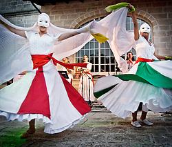 """Ballerine e musicisti del gruppo musicale di Pizzica """"Arakne Mediterranea"""" durante un concerto a """"Castello Monaci"""" nei pressi di Salice Salentino in provincia di Lecce. (30/05/2010 PH Gabriele Spedicato)..dancers and musicians of band """"Arakne Mediterranea"""" during the concert in """"Castello Monaci"""" near Salice Salentino, a Town in province of Lecce. (30/05/2010 PH Gabriele Spedicato)..La pizzica, o, detta nella sua forma più tradizionale pizzica pizzica, è una danza popolare attribuita oggi particolarmente al Salento, ma in realtà era praticata sino agli anni '70 del XX sec. in tutta la Puglia centro-meridionale e in Basilicata..Fa parte della grande famiglia delle tarantelle, come si usa chiamare quel variegato gruppo di danze diffuse dall'Età Moderna nell'Italia meridionale."""