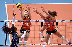 08-01-2016 TUR: European Olympic Qualification Tournament Nederland - Italie, Ankara<br /> De volleybaldames hebben op overtuigende wijze de finale van het olympisch kwalificatietoernooi in Ankara bereikt. Italië werd in de halve finales met 3-0 (25-23, 25-21, 25-19) aan de kant gezet / Paola Ogechi Egonu #18 of Italie, Lonneke Sloetjes #10, Robin de Kruijf #5