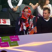 NLD/Baarn/20070314 - 10de Live uitzending RTL Dancing on Ice 2007, Eddie Keur verkleed als oranjefan met sjaals op zijn hoofd