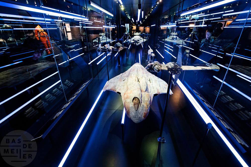 Een jongetje kijkt naar de modellen van de ruimteschepen van Star Wars. In Utrecht is de tentoonstelling Star Wars Identies te zien tot en met 11 maart 2018. Op de expositie zijn originele kostuums, rekwisieten en de personages te zien. Daarnaast kunnen bezoekers een eigen Star Wars identiteit maken door hun eigen karakter te combineren met fictieve elementen. Star Wars werd veertig jaar geleden, op 25 mei 1977, voor het eerst getoond op film. De filmserie is nog altijd mateloos populair.<br /> <br /> In Utrecht the exhibition Star Wars Identies is shown. The exhibition shows original costumes, props and the characters. In addition, visitors can create their own Star Wars identity by combining their own character with fictional elements. Star Wars was first shown on film forty years ago, on May 25, 1977. The film series is still very popular.