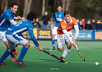 BLOEMENDAAL  - Jorrit Croon (Bldaal)  met Jonas de Geus (Kampong) en Pepijn Luijkx (Kampong)   . Bloemendaal-Kampong (2-1).  hoofdklasse hockey mannen.   COPYRIGHT KOEN SUYK