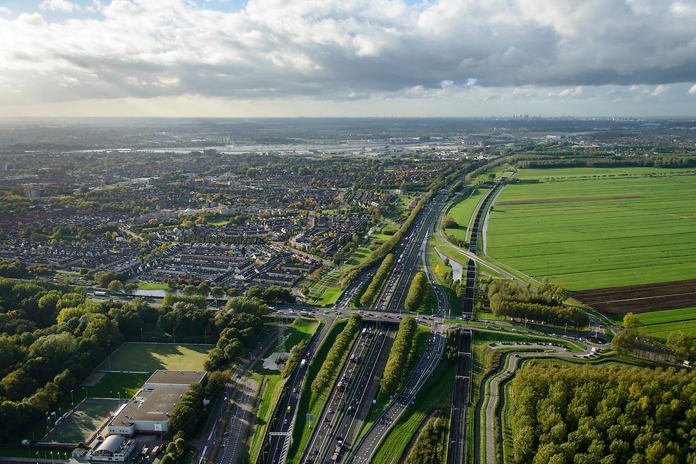 Nederland, Zuid-Holland, Papendrecht, 23-10-2013; Rijksweg A15 met rechts Betuwelijn, aan de horizon de Beneden-Merwede. Rechts blokverkaveld grasland.<br /> View on the city of Papendrecht, railroad Betuwelijn next to it. River Beneden-Merwede on the horizon.<br /> luchtfoto (toeslag op standaard tarieven);<br /> aerial photo (additional fee required);<br /> copyright foto/photo Siebe Swart.