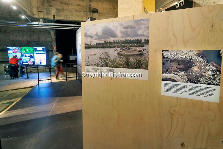 Nederland, Ouwerkerk, 11-9-2019 Bezoekers in de permanente expositie in het Watersnoodmuseum. Het museum over de stormvloed, watersnood, overstromingen langs de Zeeuwse kust in 1953, is gevestigd in de caisons die in het laatste gat in de zeedijk werden neergelaten. Foto: Flip Franssen