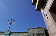Engeland, Londen, 10-4-2019 Straatbeeld van het centrum van de stad. Een beveiligingscamers hangt aan een muur bij de London Bridge.Foto: Flip Franssen