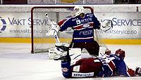 Ishockey<br /> GET-Ligaen<br /> 18.09.08<br /> Jordal Amfi<br /> Vålerenga VIF - Stjernen<br /> Pucken smeller i stolpen bak keeper Patrick DesRochers - Foran ligger Regan Kelly<br /> Foto - Kasper Wikestad