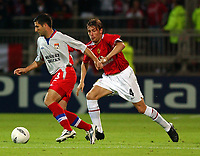 Fotball<br /> Champions League 2004/05<br /> Lyon v Manchester United<br /> 15. september 2004<br /> Foto: Digitalsport<br /> NORWAY ONLY<br /> Olympique Lyonnais' goal scorer Frau and Manchester United's Gabriel Ivan Heinze