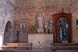 Salve - Chiesa di San Lasi. .La Chiesa di San Biagio, localmente conosciuta con il nome di Santu Lasi, dall'architettura semplice e lineare, ha origini antichissime, e si trova lungo la strada che conduce a Posto Vecchio, nei pressi del luogo dove esisteva l'antico villaggio chiamato Casale San Biagio. Fu riedificata nel 1716 su una struttura altomedievale crollata nel XVII secolo. La chiesa sorge nei pressi dell'omonima masseria cinquecentesca dotata di una torre colombaia cilindrica del 1577..Presenta una sobria facciata, con portale e finestra centrali, su cui è scolpito lo stemma del comune di Salve datato 1717. L'interno a navata unica custodisce una statua in pietra di San Biagio (1717) e tracce di affreschi di varie epoche. La chiesa ha dato il nome (Casale San Biagio) a un antico villaggio di origine messapica di cui si ignora il vero nome..Per raggiungerla bisogna percorrere la strada che da Salve  conduce verso il mare, in direzione Posto Vecchio. la chiesa è visibile sulla strada provinciale.