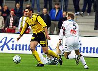 Football, Tippeligaen 29. april 2001. Lillestrøm - Sogndal 4-1. Clayton Zane, Lillestrøm (med ballen) og Dag Christian Sørum, Sogndal.