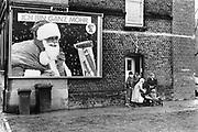 Duitsland, Essen, 10-12-1986De Zeche Zollverein. Eind 1986 stopte hier de kolenwinning.Woning naast het mijncomplex.Turkse kinderen spelen in de winterkou. In het Ruhrgebied zijn veel immigranten, gastarbeiders, uit turkije gaan werken.Foto: Flip Franssen/Hollandse Hoogte