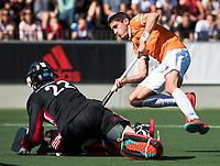 AMSTELVEEN  - Hockey -  1e wedstrijd halve finale Play Offs dames.  Amsterdam-Bloemendaal (5-5), Bl'daal wint na shoot outs. Xavi Lleonart Blanco (Bldaal)  passeert  keeper Jan de Wijkerslooth tijdens de shoot outs.  COPYRIGHT KOEN SUYK