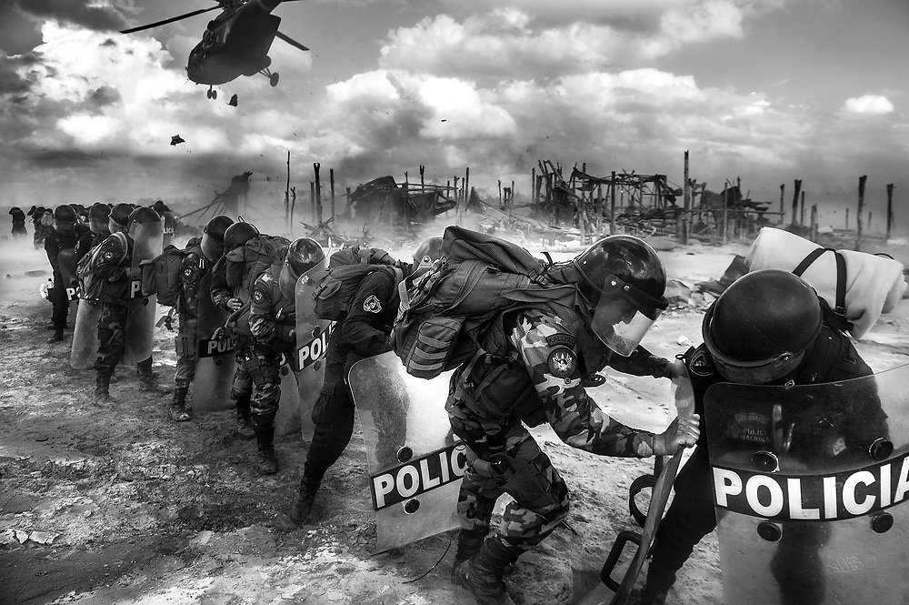 MIEMBROS DE LA POLICIA NACIONAL DEL PERU SE PROTEGEN AL ATERRIZAR EN LA ZONA DE MINERAL DE LA PAMPA EN LA RESERVA NACIONAL TAMBOPATA.<br /> EL IMPACTO DE LA MINERIA ILEGAL EN EL PERU ES DE MAS DE 40,000 HECTAREAS DE BOSQUES DESTRUIDOS. <br /> LA CANTIDAD DE ORO ILEGALMENTE EXTRAIDO EN EL PERU, SUPERA LOS 1,300 MILLONES DE DOLARES AL AÑO. ESTA ACTIVIDAD PRODUCE IMPACTOS NEGATIVOS A CUENCAS HIDROGRAFICAS ENTERAS Y MUCHOS DE LOS CASOS DE MANERA IRREMEDIABLE.