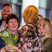 NLD/Tilburg//20170403 - Koningsdagconcert in Tilburg 2017, Koningin Maxima neemt een bosje tulpen in ontvangst