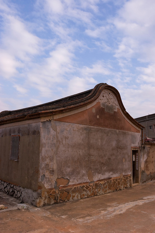 Traditional Fujian style architecture on Kinmen, Republic of China ROC (Taiwan). ..Kinmen (Jinmen) formely known as Quemoy. The island lies less than 2km off the coast of China, and in 1949 was turned into a front-line of defense for Taiwan by Chiang Kai-shek and the Chinese nationalist Kuomintang (KMT) in the ongoing war with the communist PRC. The island existed under martial law until 1993. Today, Kinmen is a popular tourist destination and home to a lot of traditional Fujian-style architecture.