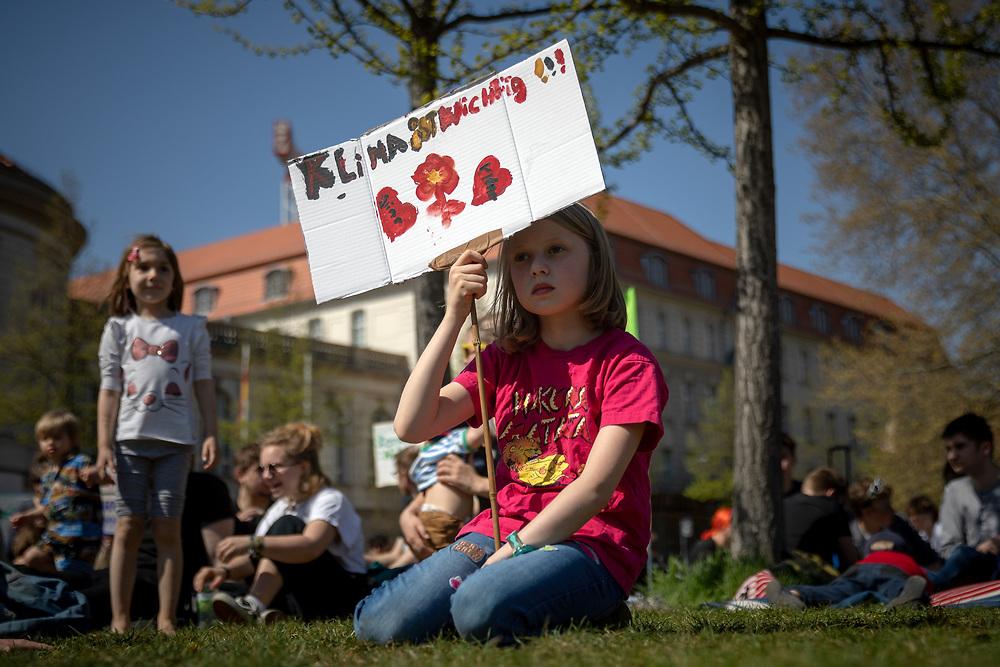 Über 500 Menschen beteiligen sich am Karfreitag in Berlin an einem Klimastreik-Picknick für mehr Klimaschutz. Die Demonstranten fordern, die Ziele des Pariser Klimaabkommens einzuhalten und die Erderwärmung auf 1,5 Grad zu begrenzen. Vorbild für die Streikenden ist die schwedische Schülerin G r e t a  T h u n b e r g, die bereits seit Monaten jeden Freitag vor dem schwedischen Parlament für Klimaschutz protestiert. Demonstrantin mit Schild: Klima ist wichtig.<br /> <br /> [© Christian Mang - Veroeffentlichung nur gg. Honorar (zzgl. MwSt.), Urhebervermerk und Beleg. Nur für redaktionelle Nutzung - Publication only with licence fee payment, copyright notice and voucher copy. For editorial use only - No model release. No property release. Kontakt: mail@christianmang.com.]