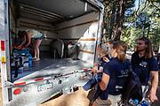 Teamleden zijn blij dat de Velox is gearriveerd bij de plaats waar ze acclimatiseren. Het Human Power Team Delft en Amsterdam, dat bestaat uit studenten van de TU Delft en de VU Amsterdam, is in Amerika om tijdens de World Human Powered Speed Challenge in Nevada een poging te doen het wereldrecord snelfietsen voor vrouwen te verbreken met de VeloX 8, een gestroomlijnde ligfiets. Het record is met 121,81 km/h sinds 2010 in handen van de Francaise Barbara Buatois. De Canadees Todd Reichert is de snelste man met 144,17 km/h sinds 2016.<br /> <br /> With the VeloX 8, a special recumbent bike, the Human Power Team Delft and Amsterdam, consisting of students of the TU Delft and the VU Amsterdam, wants to set a new woman's world record cycling in September at the World Human Powered Speed Challenge in Nevada. The current speed record is 121,81 km/h, set in 2010 by Barbara Buatois. The fastest man is Todd Reichert with 144,17 km/h.