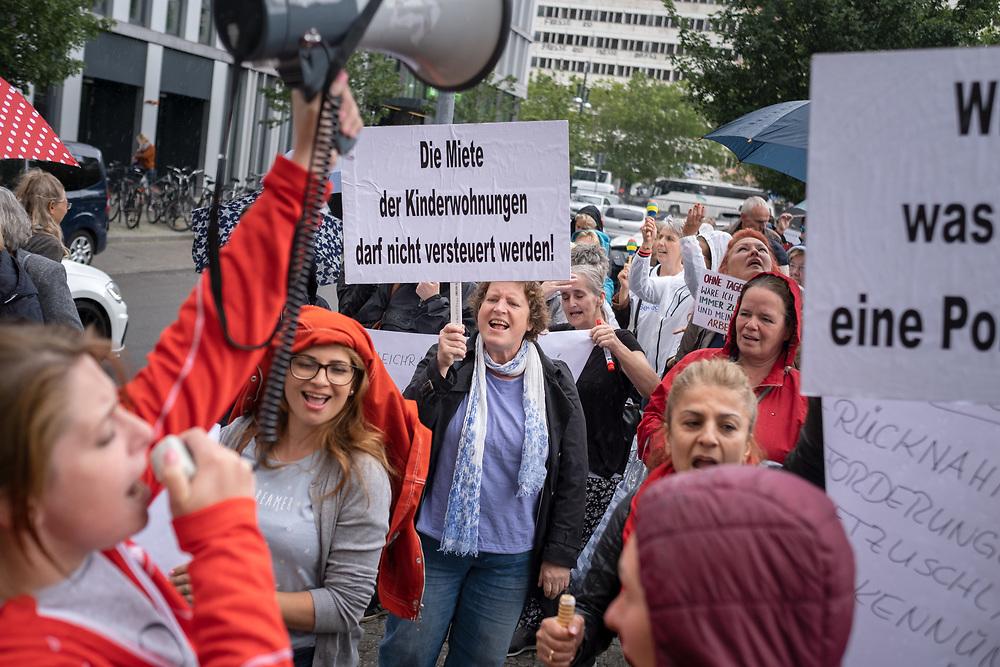 Über 100 selbstständige Tagesmütter und –väter protestieren vor der Senatsverwaltung für Bildung, Jungend und Familie in Berlin Mitte gegen Steuernachforderungen, die Finanzämter aufgrund von durch die Senatsverwaltung gezahlten Sozialversicherungspauschalen fordern.  Einigen Tagesmütter und –väter müssen aktuell zwischen 2000 und 10000 Euro für die Jahre 2017 und 2018 nachzahlen.<br /> <br /> [© Christian Mang - Veroeffentlichung nur gg. Honorar (zzgl. MwSt.), Urhebervermerk und Beleg. Nur für redaktionelle Nutzung - Publication only with licence fee payment, copyright notice and voucher copy. For editorial use only - No model release. No property release. Kontakt: mail@christianmang.com.]