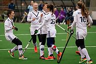 LAREN -  Hockey Hoofdklasse Dames: Laren v Pinoké, seizoen 2020-2021. Foto: Goal Juliette van Hattum (Pinoké) wordt gevierd met het team