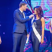 NLD/Hilversum/20160926 - Finale Miss Nederland 2016, Victor Brand in gesprek met Missen Emily van Tongeren, Sezen Cayir en Denise Zwier