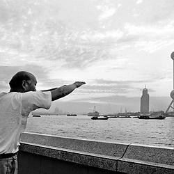 "Shanghai. Juni 1995. TIL ARKIV.<br /> Kineser laver Qi-gong gymnastik ved ""The Bond"" i Shanghai. th. det nyopførte TV-tårn.<br /> FOTO: THOMAS SØNDERGAARD"