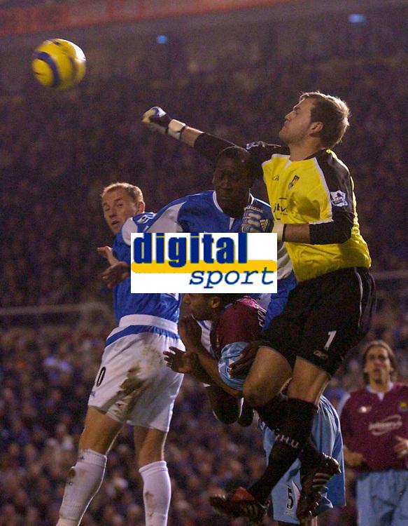 Photo: Glyn Thomas.<br />Birmingham City v West Ham United. The Barclays Premiership. 05/12/2005.<br /> West Ham keeper Roy Carroll (R) punches the ball clear.