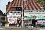 Nederland, Nijmegen, 19-9-2014Buurtwinkel Jan Linders in de volkswijk het Waterkwartier doet een oproep om de Nederlandse boeren te steunen door hun producten, aardappelen, groente en fruit, te kopen.FOTO: FLIP FRANSSEN/ HOLLANDSE HOOGTE