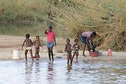 Aan de oevers  van de Okavango Rivier.<br /> <br /> On the banks  of the Okavango River.<br /> <br /> Op de foto / On the photo:   Bevolking op de rivier