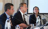 SOESTDUINEN - Willem Zelsman wordt de nieuwe voorzitter van de NGF . links Jeroen Stevens, rechts Liesbeth Leeflang. Algemene Ledenvergadering van de NGF (Nederlandse Golf Federatie) met bestuurswisseling. COPYRIGHT KOEN SUYK